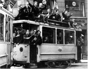 Folk på trikken 8. mai 1945